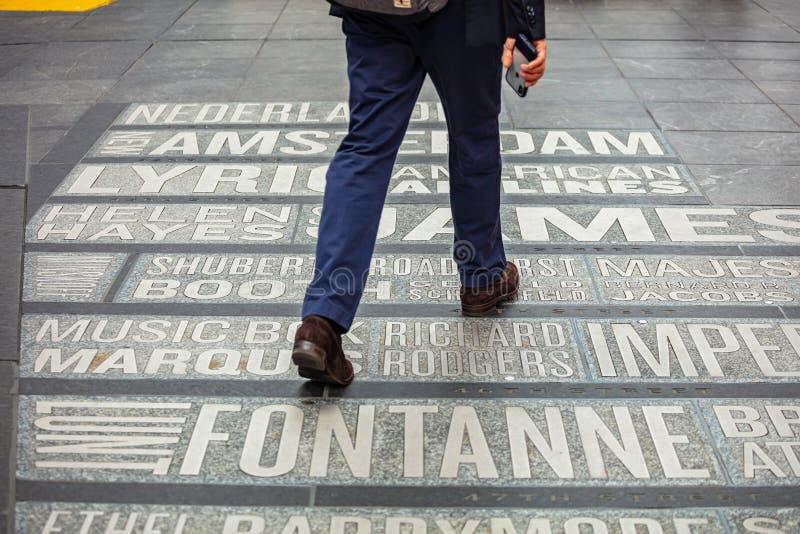 Nueva York, Times Square Mapa de los nombres de los teatros en la tierra imágenes de archivo libres de regalías