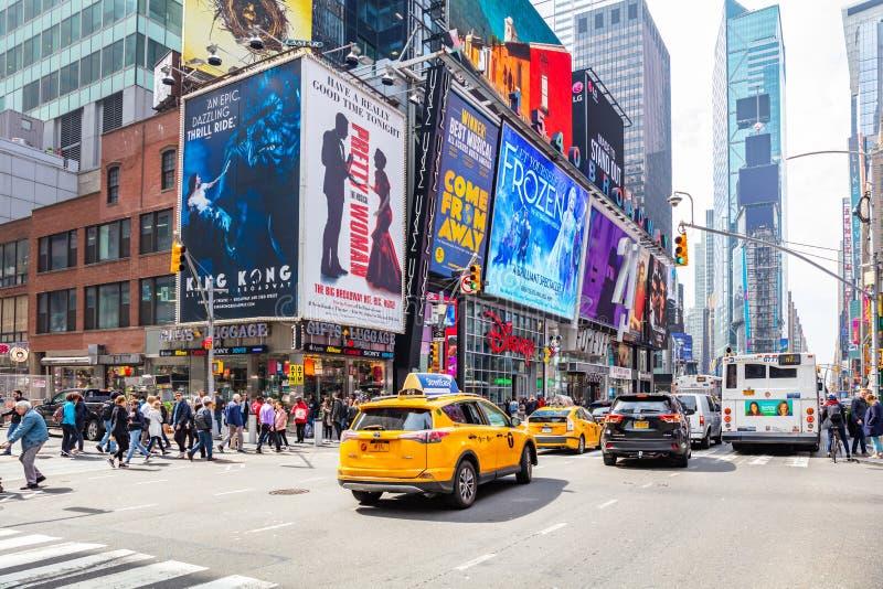 Nueva York, Times Square Scyscrapers, luces de neón coloridas, anuncios, coches y gente imagenes de archivo