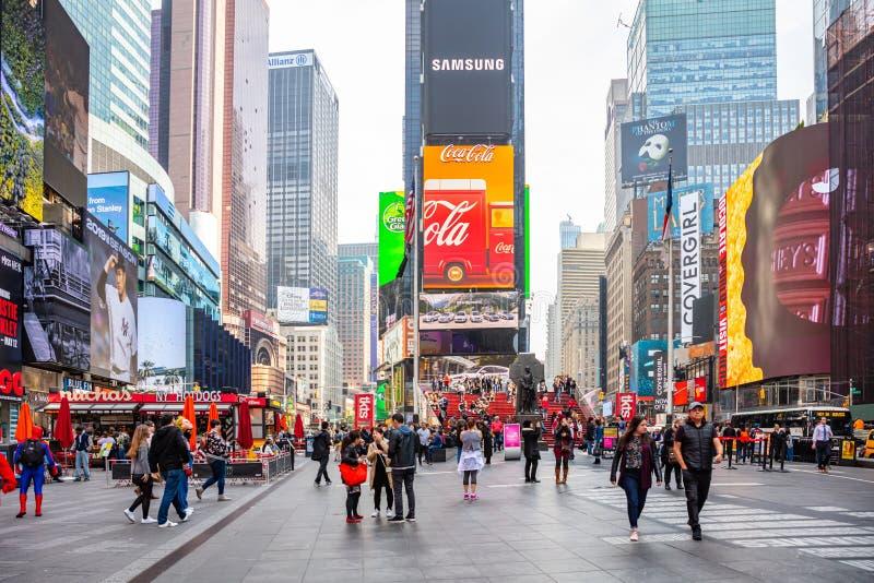 Nueva York, Times Square Scyscrapers, luces de neón coloridas, anuncios y gente imagen de archivo