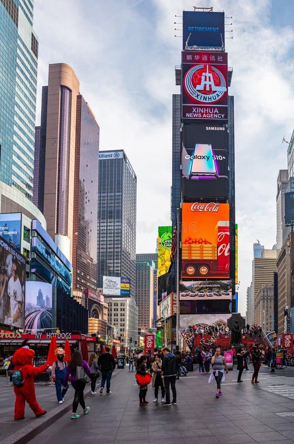 Nueva York, Times Square Scyscrapers, luces de neón coloridas, anuncios y gente foto de archivo
