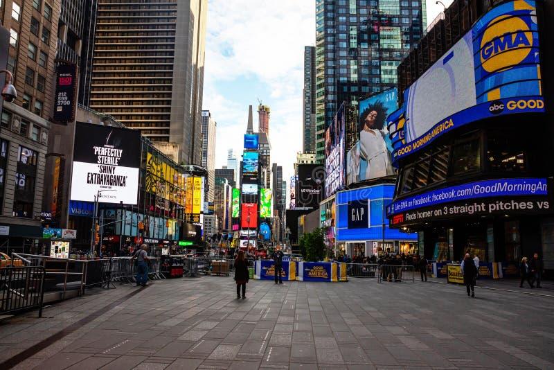 Nueva York, Times Square Scyscrapers, luces de neón coloridas, anuncios, y show televisivo fotografía de archivo
