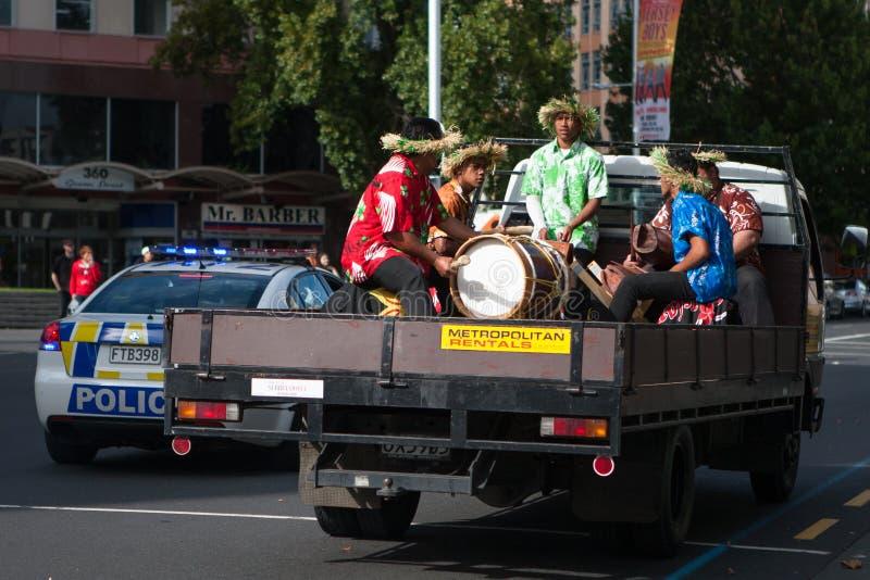 NUEVA ZELANDA, AUCKLAND - 3 de abril de 2016 - ejercicio maorí de la banda de la música fotos de archivo