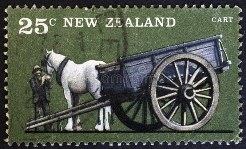 NUEVA ZELANDA - CIRCA 1976: Cultive los vehículos, carro del Uno-caballo, circa 1976 fotos de archivo libres de regalías