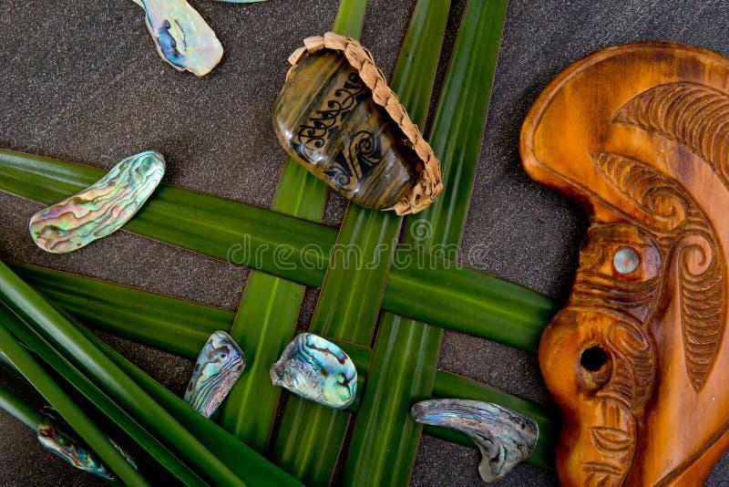 Nueva Zelanda - objetos temáticos maoríes - piedra tribal del río con el gre imagen de archivo