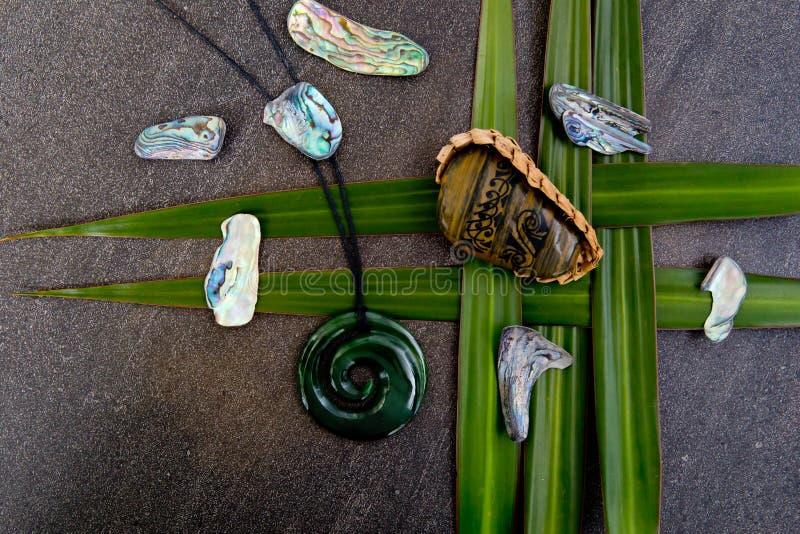 Nueva Zelanda - objetos temáticos maoríes - piedra tribal del río en tejido imagen de archivo