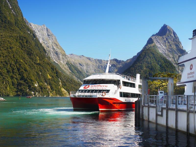 Nueva Zelanda, paisaje escénico del fiordo, travesía de Milford Sound foto de archivo