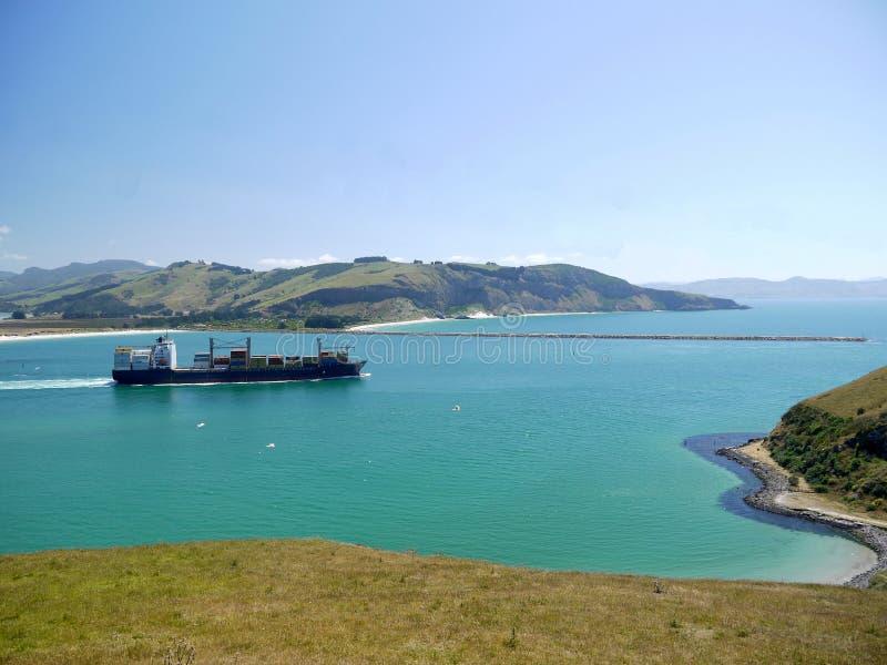 Nueva Zelanda: rompeolas del puerto de Otago de portacontenedores foto de archivo