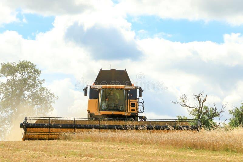 Nuevas cosechas modernas del corte de la máquina segadora de Holanda imagen de archivo libre de regalías
