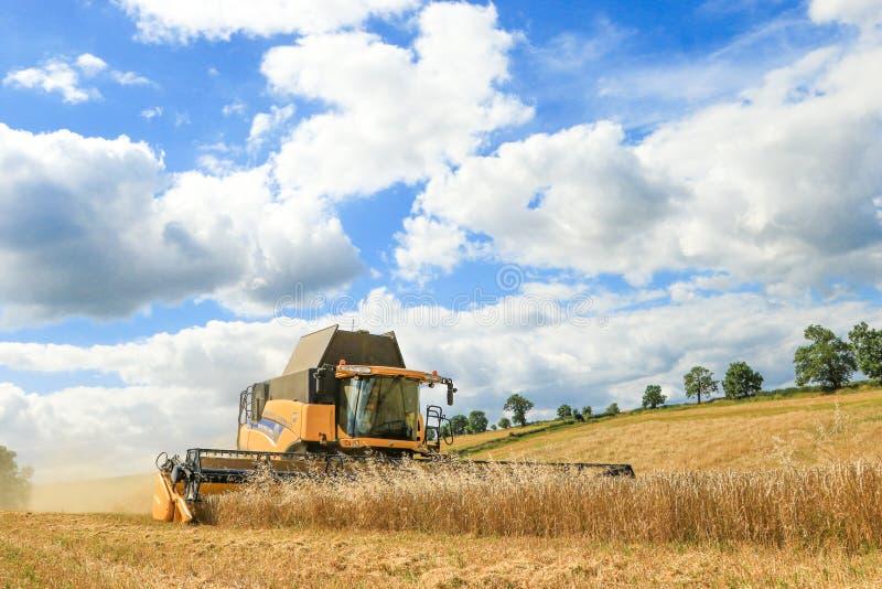 Nuevas cosechas modernas del corte de la máquina segadora de Holanda imagenes de archivo