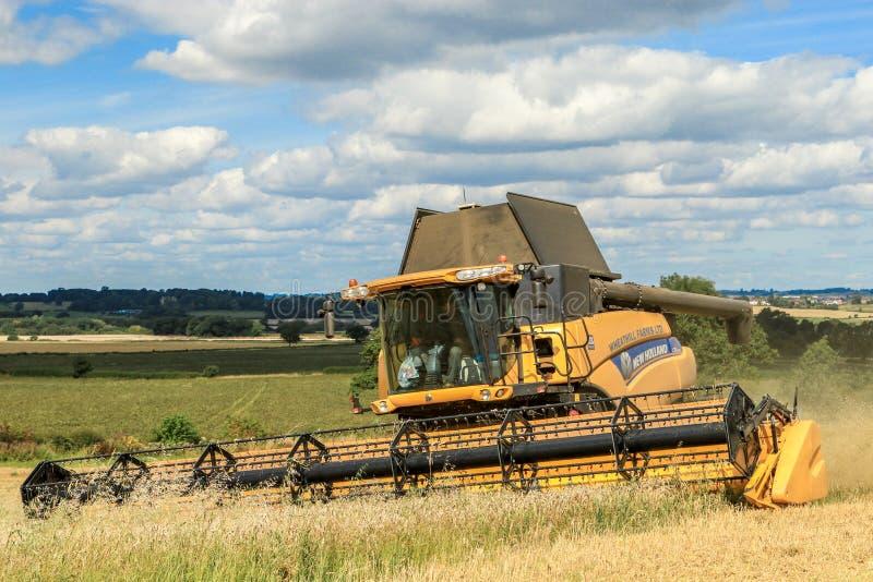 Nuevas cosechas modernas del corte de la máquina segadora de Holanda imágenes de archivo libres de regalías