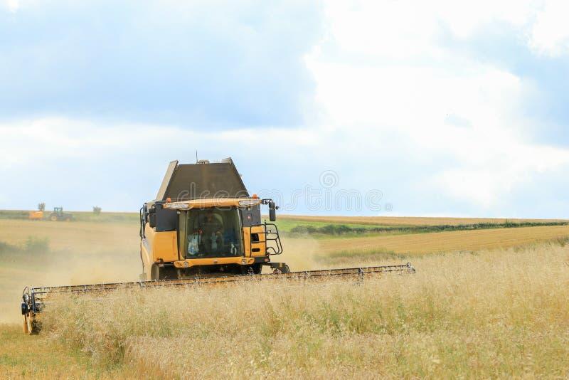 Nuevas cosechas modernas del corte de la máquina segadora de Holanda imagen de archivo