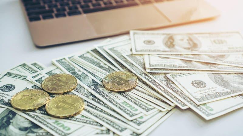 Nuevas moneda de Bitcoins y cuenta de dólar americano de los billetes de banco fotografía de archivo libre de regalías