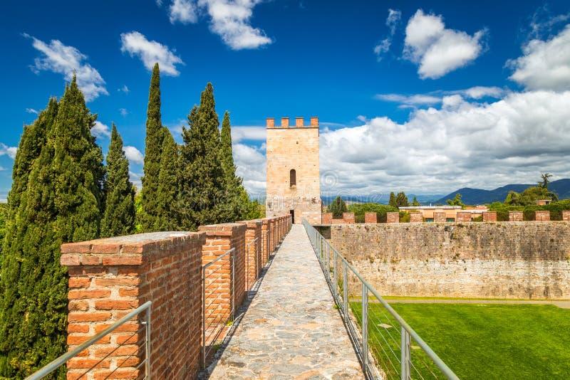 Nuevas paredes de la ciudad en el cuadrado de la catedral en región de Pisa, Toscana foto de archivo libre de regalías