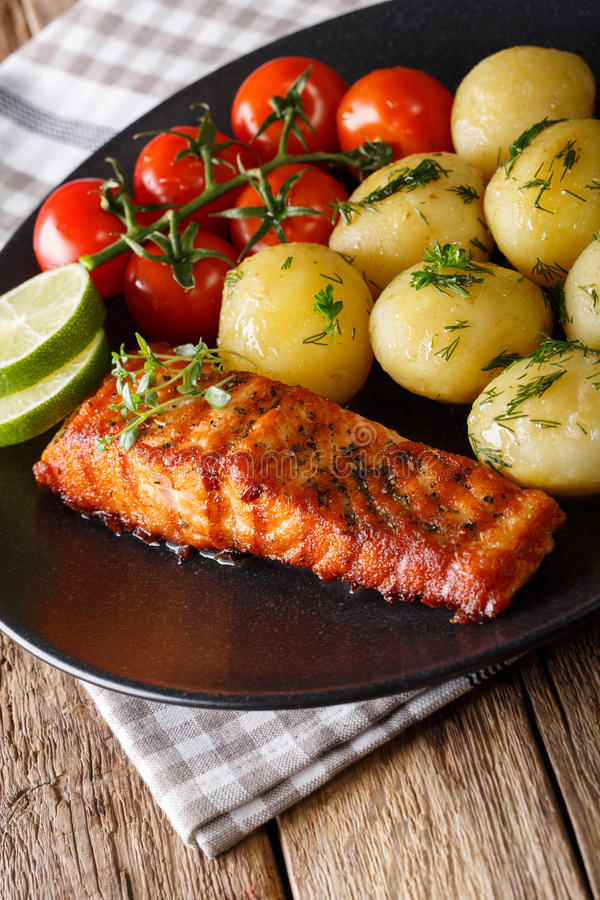 Nuevas patatas de color salmón y hervidas asadas a la parrilla con clo de la mantequilla y de las hierbas imagen de archivo libre de regalías