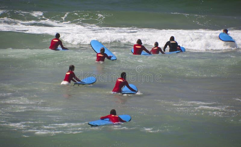 Nuevas Personas Que Practica Surf Imagen editorial