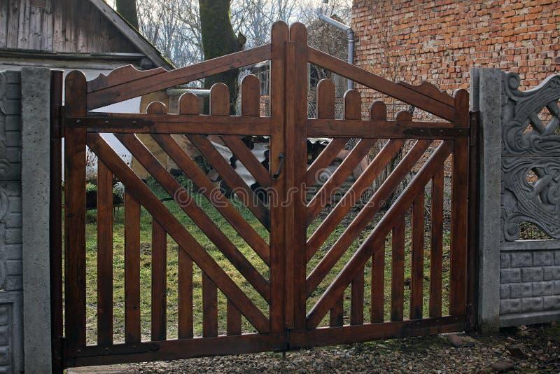 Nuevas puertas de madera fotografía de archivo