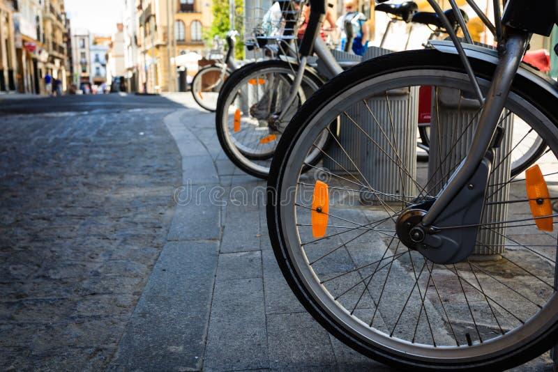 Nuevas ruedas de la bici en los guijarros antiguos fotografía de archivo