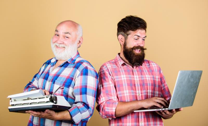 Nuevas tecnologías principales Vieja generaci?n Tecnolog?as de Digitaces Vida moderna y remanente del último hombre mayor con fotos de archivo libres de regalías