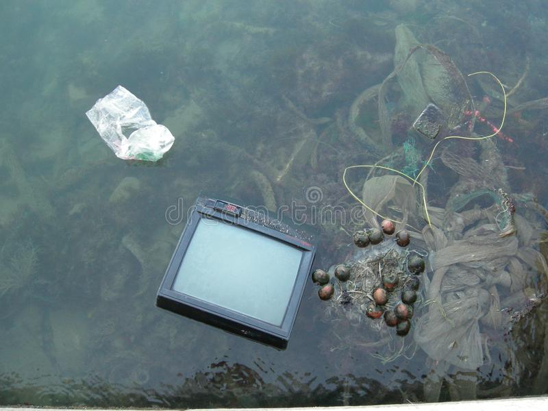 Nuevas tecnologías - TV en la agua de mar fotos de archivo libres de regalías