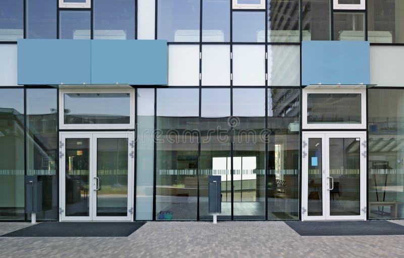 Nuevas ventanas de cristal y puertas de un edificio de oficinas moderno fotografía de archivo libre de regalías