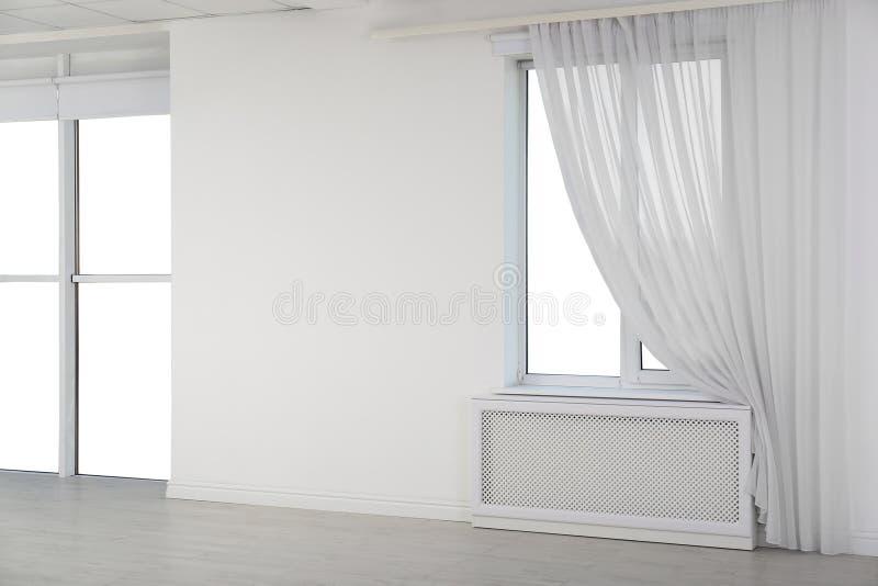Nuevas ventanas modernas con la cortina en sitio vacío ligero fotografía de archivo libre de regalías