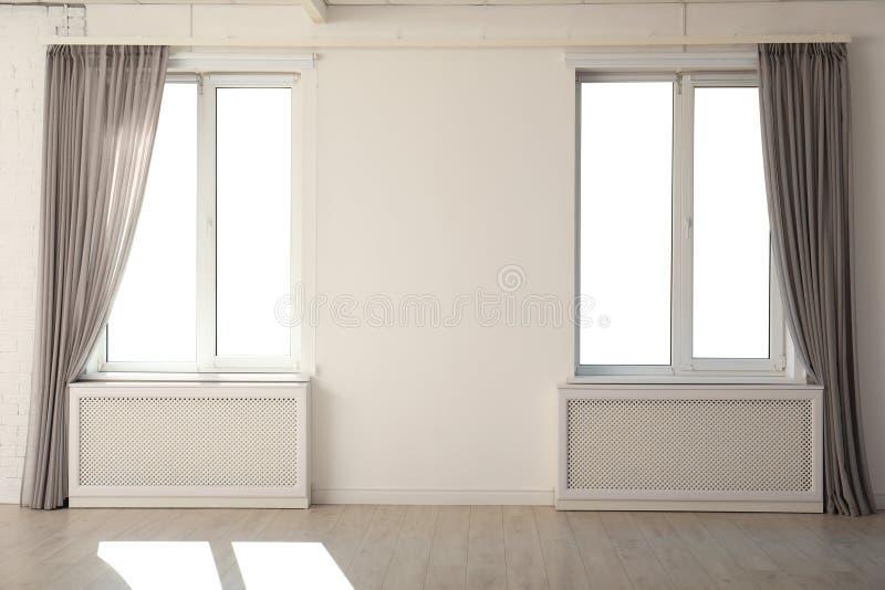 Nuevas ventanas modernas con las cortinas imagen de archivo libre de regalías