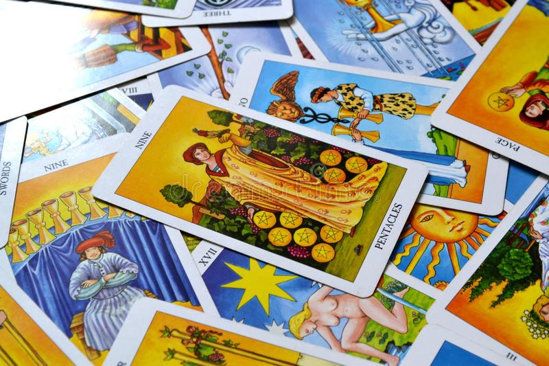Nueve de estabilidad financiera de la riqueza de la prosperidad del éxito de la carta de tarot de los pentáculos libre illustration