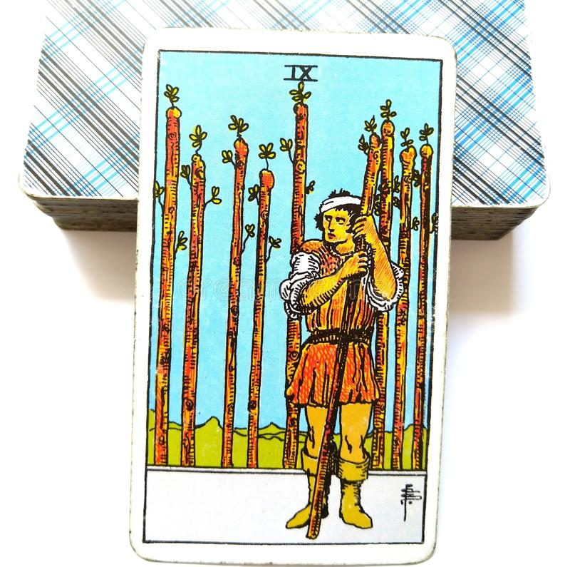 9 nueve de haber guardado ansioso de la cautela de la carta de tarot de las varas, herido en la mirada hacia fuera que cuenta con ilustración del vector