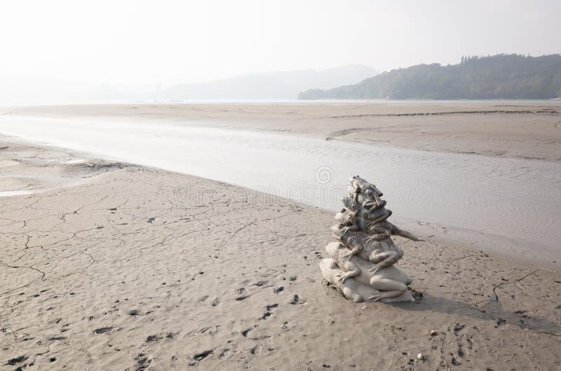 Nueve pilas de la estatua de la rana en el lago moon de Sun fotos de archivo