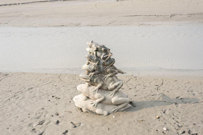 Nueve pilas de la estatua de la rana en el lago moon de Sun imágenes de archivo libres de regalías