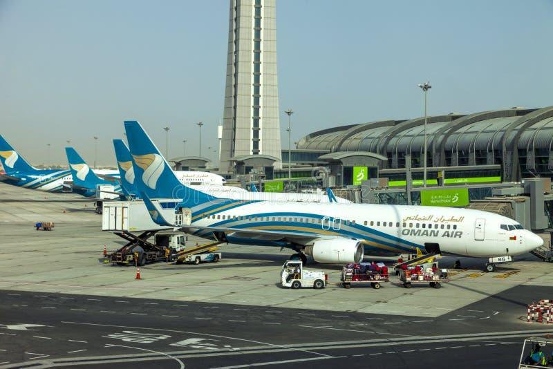 Nuevo aeropuerto de Muscat, Omán, Muscat de la imagen con fecha del 31 de septiembre de 2018 con los aviones de aire de Omán imagen de archivo libre de regalías