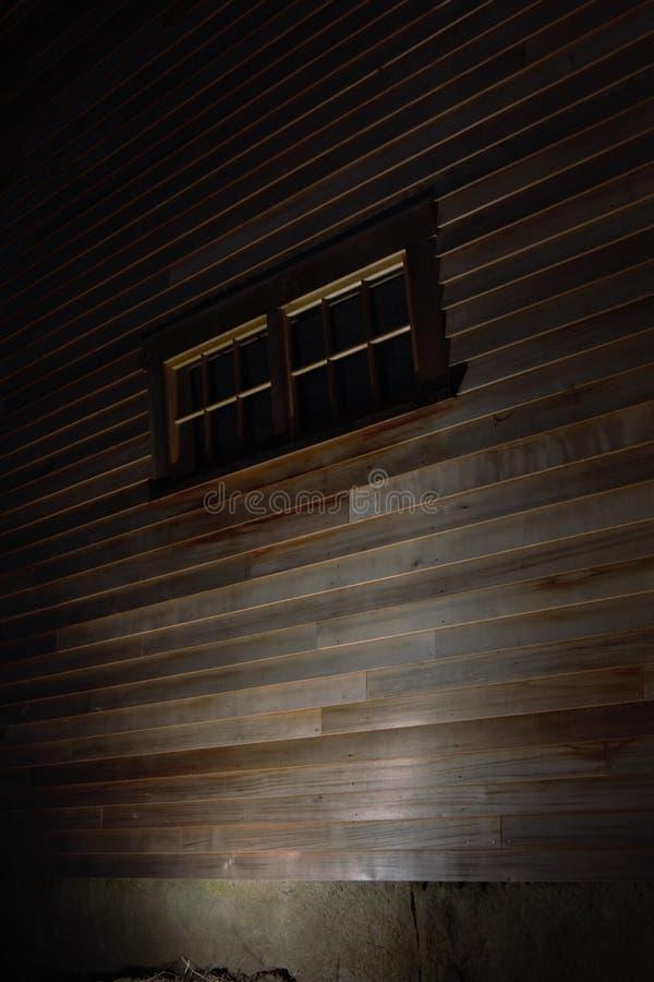 Nuevo apartadero en un granero viejo mostrado en la noche por un flash fotos de archivo