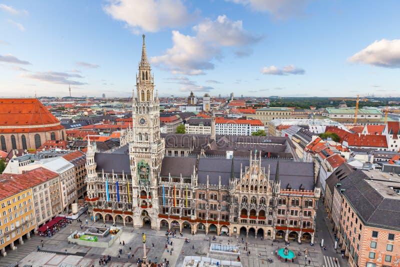 Nuevo ayuntamiento en el cuadrado de Marienplatz en Munich imagen de archivo