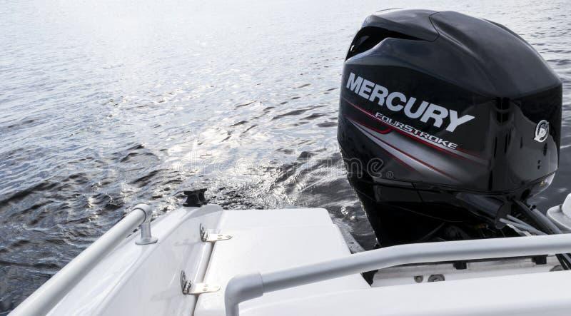 Nuevo barco pesquero moderno del deporte con un motor externo a estrenar de Mercury FourStroke en el lago fotos de archivo libres de regalías