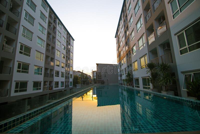 Nuevo bloque de apartamentos residencial moderno fotos de archivo