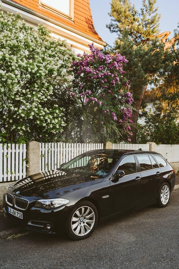 Nuevo BMW negro carro de 5 series en la calle de París imagen de archivo
