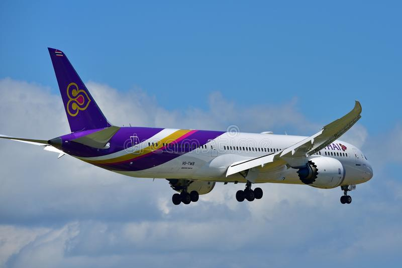 Nuevo Boeing 787-9 Dreamliner aterrizaje de Thai Airways en el aeropuerto internacional de Auckland fotografía de archivo libre de regalías