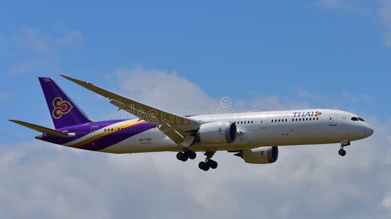 Nuevo Boeing 787-9 Dreamliner aterrizaje de Thai Airways en el aeropuerto internacional de Auckland fotos de archivo