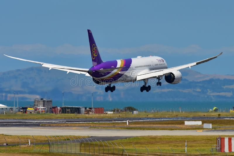 Nuevo Boeing 787-9 Dreamliner aterrizaje de Thai Airways en el aeropuerto internacional de Auckland foto de archivo libre de regalías