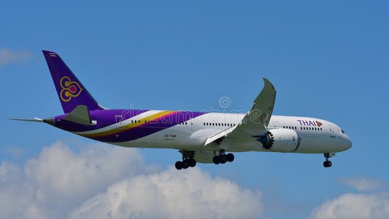Nuevo Boeing 787-9 Dreamliner aterrizaje de Thai Airways en el aeropuerto internacional de Auckland fotografía de archivo