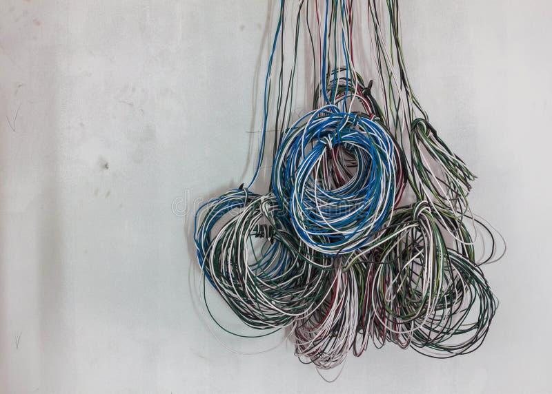 Nuevo cableado eléctrico en el fondo blanco del muro de cemento fotografía de archivo