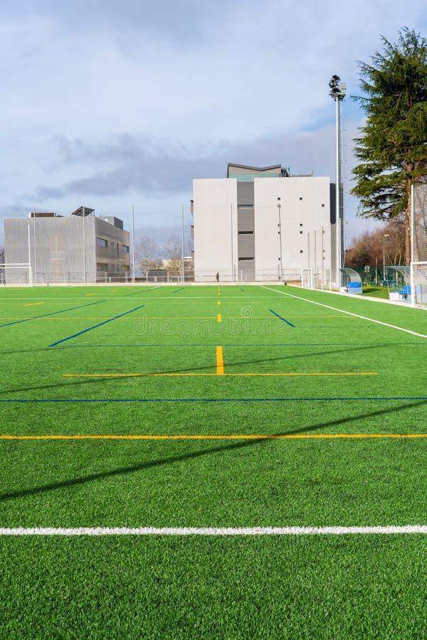 Nuevo campo del fútbol con césped artificial fotografía de archivo libre de regalías