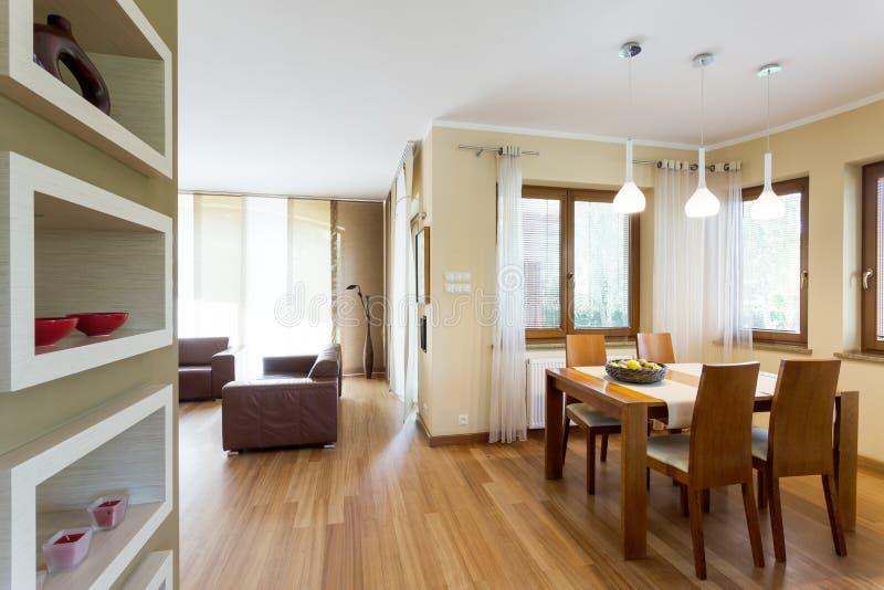 Nuevo comedor abierto a la idea de la sala de estar fotografía de archivo libre de regalías