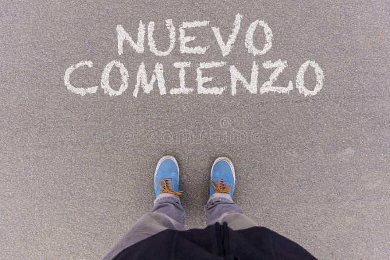 Nuevo-comienzo, spanischer Text für neuen Anfangtext auf Asphalt g stockfotos