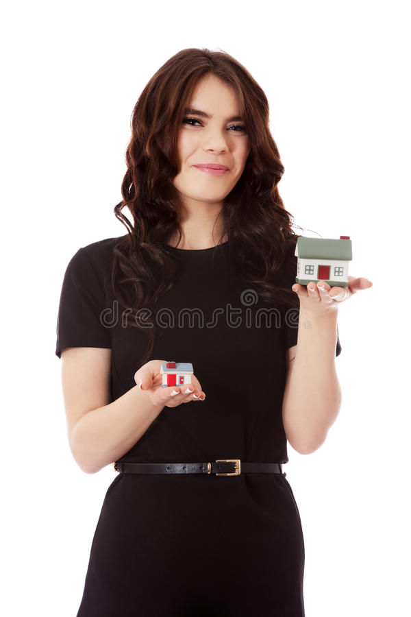 Nuevo concepto casero de compra - mujer que sostiene la mini casa imagen de archivo libre de regalías
