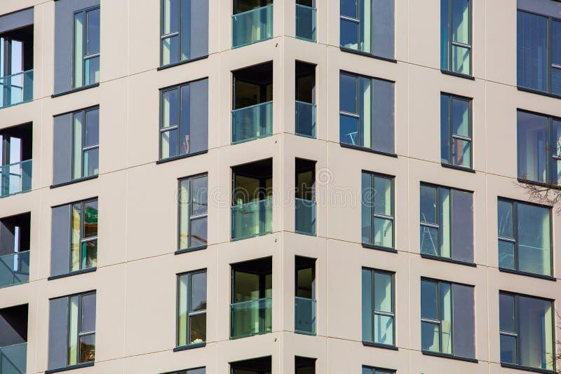 Nuevo concepto constructivo moderno Bloque de viviendas contemporáneo en estilo de alta tecnología fotografía de archivo libre de regalías