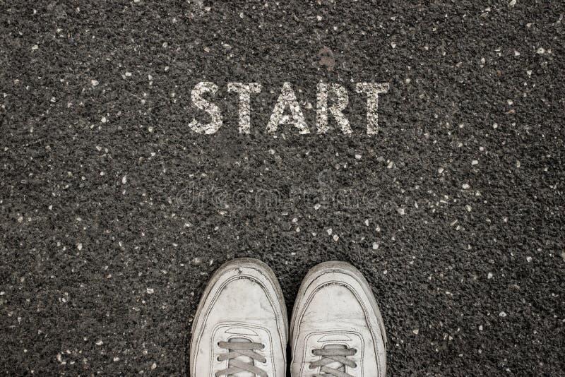 Nuevo concepto de la vida, lema de motivación con COMIENZO de la palabra por motivo del asfalto foto de archivo