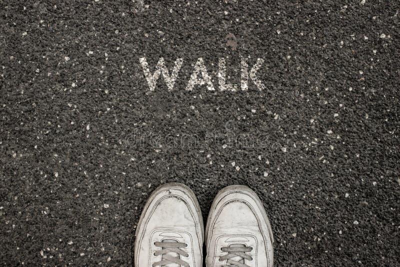 Nuevo concepto de la vida, lema de motivación con el PASEO de la palabra por motivo del asfalto imagenes de archivo