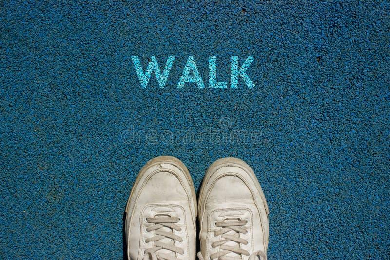 Nuevo concepto de la vida, lema de motivación con el PASEO de la palabra por motivo de la manera del paseo fotografía de archivo libre de regalías