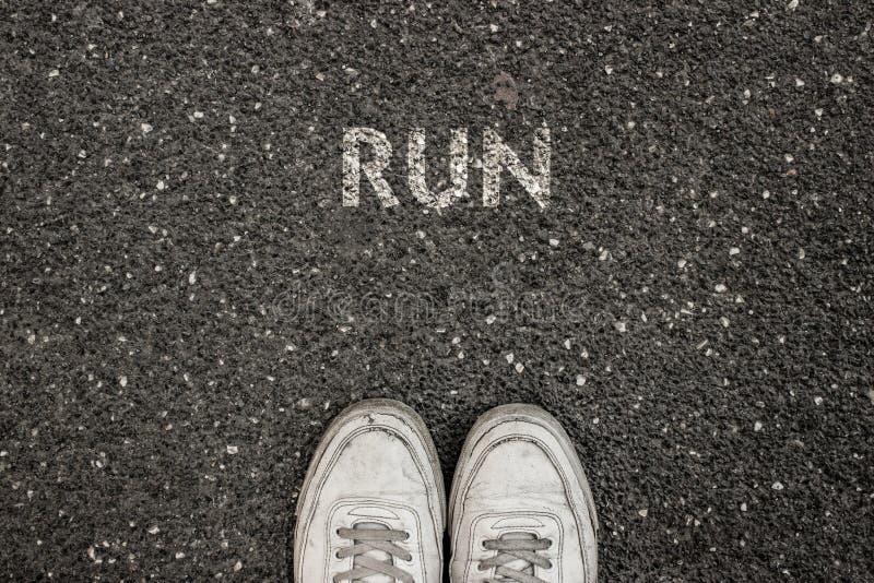 Nuevo concepto de la vida, lema de motivación con FUNCIONAMIENTO de la palabra por motivo del asfalto imagen de archivo